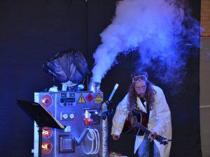 De voorstellingen van Tijl Damen zijn een explosieve combinatie van theater, educatie, interactie en muziek.